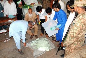 APP183-25 MULTAN: July 25 - Polling officials starts counting after end the time of polling during General Election 2018. APP photo by Qasim Ghauri